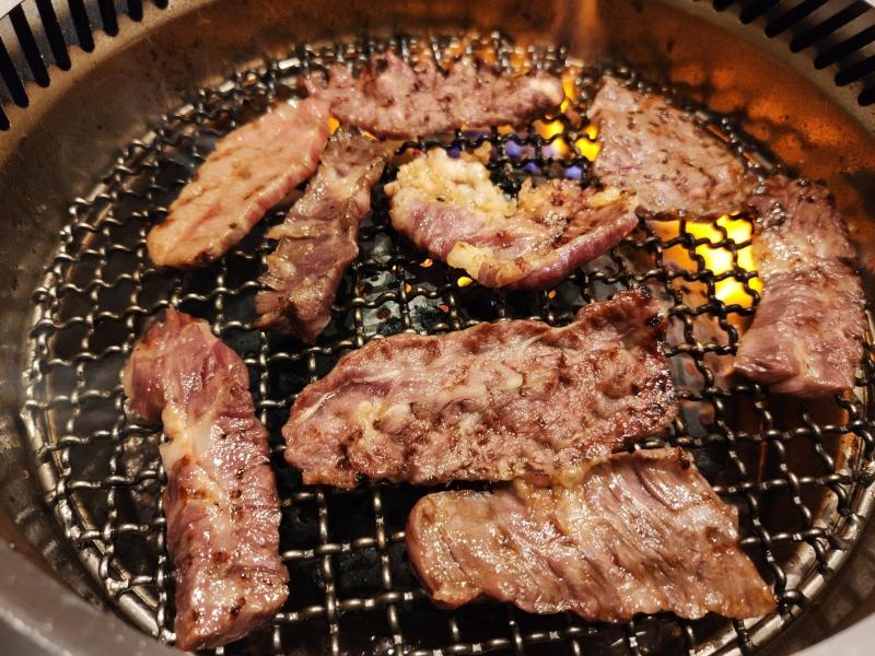 鶴橋吉田の肉を焼く